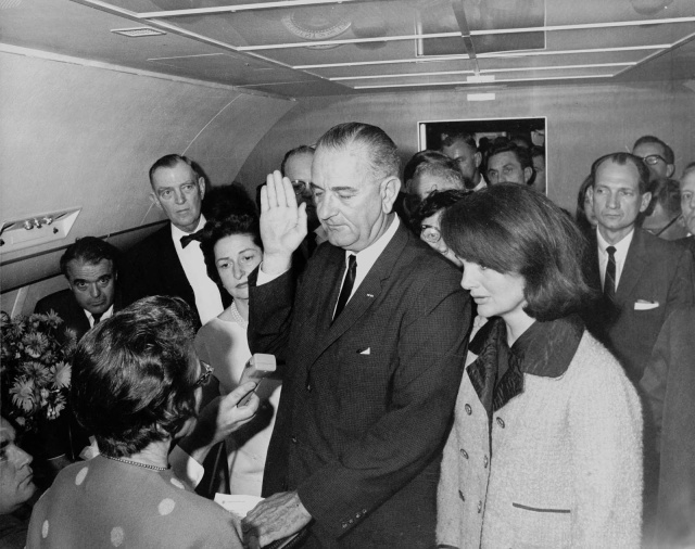 lyndon_b_johnson_taking_the_oath_of_office rarehistoricalphotos